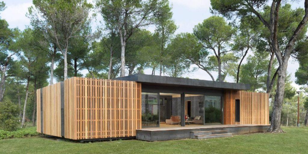 exemple de construction écologique : une pop up house dans les forets en bord de mer avec facade en bois et en ciment
